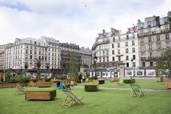 Jardín público en el frente de Gare de París-Est o de París Gare de l ferrocarril del est del ` en París, Francia Foto de archivo libre de regalías