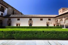 Jardín pacífico del convento con los setos verdes claros Fotografía de archivo