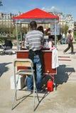 Jard?n Par?s April Sunlight de Les Tuileries del carro del helado imagen de archivo libre de regalías