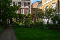 Jardín privado hermoso en verano/primavera cerca de la casa de Edwardian Imágenes de archivo libres de regalías