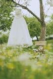 Jardín que se casa el vestido nupcial Fotos de archivo
