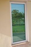 Jardín reflejado en ventana Fotografía de archivo