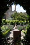 Jardín a través del agujero en seto Fotografía de archivo libre de regalías