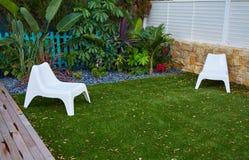 Jardín tropical con la cubierta artificial de madera del césped de la hierba imagen de archivo libre de regalías