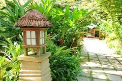 Jardín tropical con la lámpara Fotografía de archivo