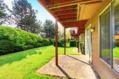 Jardín verde del patio trasero con los árboles, los setos arreglados y los arbustos Fotografía de archivo libre de regalías