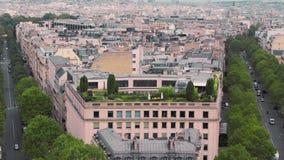 Jardín verde en el tejado de la casa cámara lenta de París, Francia Coches del paisaje urbano en el camino Tiro del arco de almacen de video