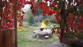 Jardín viejo de la familia del otoño La visión desde el pabellón de madera del jardín trenzó con la vid de uva roja a la chimenea fotos de archivo libres de regalías