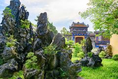 Jardín vietnamita con las rocas en la tonalidad imperial de la ciudad, puerta de Vietnam de la ciudad Prohibida de la tonalidad foto de archivo libre de regalías