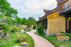 Jardín vietnamita del canal de la trayectoria con las rocas en la tonalidad imperial de la ciudad, puerta de Vietnam de la ciudad foto de archivo