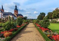 Jardín y basílica del convento en Seligenstadt en los bancos de la tubería de río,   Alemania Imagen de archivo