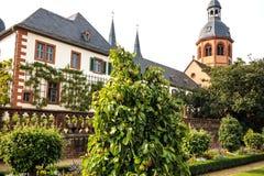 Jardín y basílica del convento en Seligenstadt en los bancos de la tubería de río,  Alemania Imágenes de archivo libres de regalías