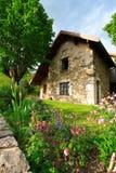 Jardín y casa fotos de archivo