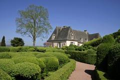 Jardín y casa ajardinados foto de archivo libre de regalías
