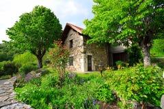 Jardín y casa franceses imagenes de archivo