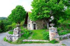 Jardín y casa magníficos fotos de archivo