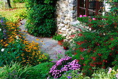Jardín y casa magníficos Fotografía de archivo libre de regalías
