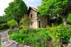 Jardín y casa verdes fotografía de archivo