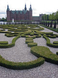 Jardín y castillo adornados en Dinamarca Foto de archivo libre de regalías