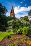 Jardín y catedral de San Juan Bautista en Charleston, tan fotos de archivo