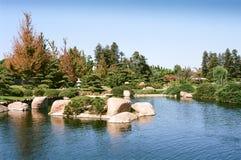 Jardín y charca del estilo japonés Imagen de archivo libre de regalías