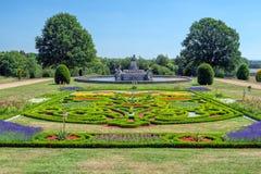 Jardín y Flora Fountain en la corte de Witley, Worcestershire, Inglaterra fotos de archivo