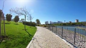 Jardín y lago en el grande parque de la ciudad del valle en Lisboa metrajes