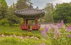 Jardín y pagoda tradicionales coreanos en un jardín público en Kiev Imagen de archivo