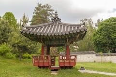 Jardín y pagoda tradicionales coreanos en un jardín público en Kiev Imagen de archivo libre de regalías