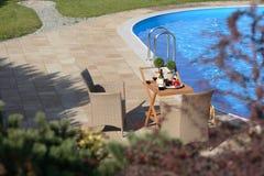 Jardín y piscina Foto de archivo libre de regalías