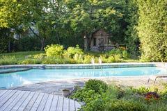 Jardín y piscina en patio trasero Imagen de archivo
