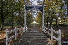 Jardín y puente Ennemaborg, Midwolda Fotografía de archivo