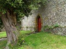 Jardín y puerta roja Imagen de archivo libre de regalías