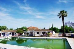 Jardín y una piscina de agua de la restauración en Algarve Imagen de archivo