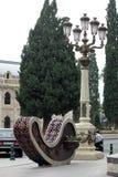 Jard?n de flores decorativo en el centro de ciudad imagen de archivo libre de regalías