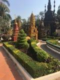 Jard?n hermoso en el templo de Wat Preah Prom Rath en Siem Reap, Camboya fotografía de archivo
