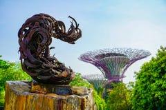 Jard?n por la bah?a en Singapur foto de archivo