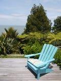 Jard?n: silla azul en cubierta de madera Imagen de archivo libre de regalías
