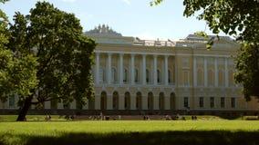Jard?n y el museo ruso en el d?a de verano - St Petersburg, Rusia de Mikhailovsky almacen de video