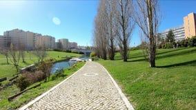 Jard?n y lago en el grande parque de la ciudad del valle en Lisboa metrajes
