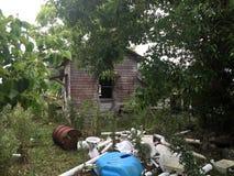 Jarda assombrada condenada velha da casa Imagens de Stock