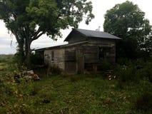 Jarda assombrada condenada velha da casa Imagens de Stock Royalty Free