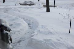 Jarda coberto de neve com o trajeto trabalhado com pá para povos da entrega após uma tempestade de neve foto de stock royalty free