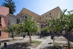 Jarda com árvores e a casa cor-de-rosa, Sassari, Itália imagem de stock royalty free