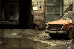 Jarda com carro velho foto de stock royalty free