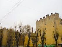 Jarda com terracota-telhado Imagens de Stock