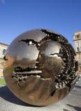 Jarda da corte no Vaticano Escultura a jarda do globo no tribunal o 20 de setembro de 2010 no Vaticano, Roma, Itália Foto de Stock Royalty Free