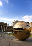 Jarda da corte no Vaticano Escultura a jarda do globo no tribunal o 20 de setembro de 2010 no Vaticano, Roma, Itália Imagem de Stock