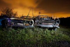 Jarda da sucata do carro na noite Fotografia de Stock Royalty Free