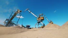 Jarda de mineração com quarrying as máquinas que trabalham nela video estoque